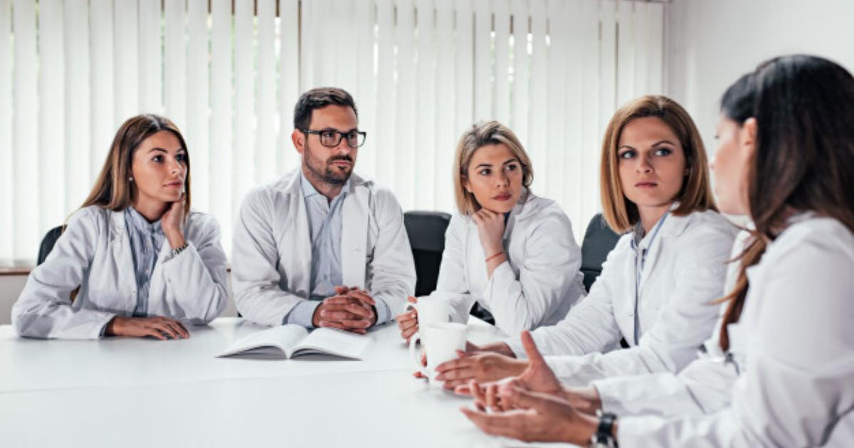Ce sarcini are un manager medical: cum arată fișa postului și ce abilități de HR caută angajatorii la un manager bun?